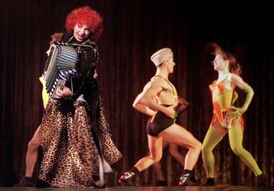 Yvette Horner, habillée par le couturier Jean Paul Gaultier, sur scène au Casino de Paris, en décembre 1990.