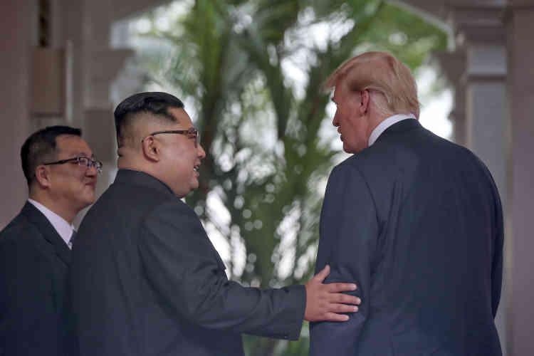 Sous la véranda de l'hôtel Capella, un aparté entre Kim Jong-un et Donald Trump.
