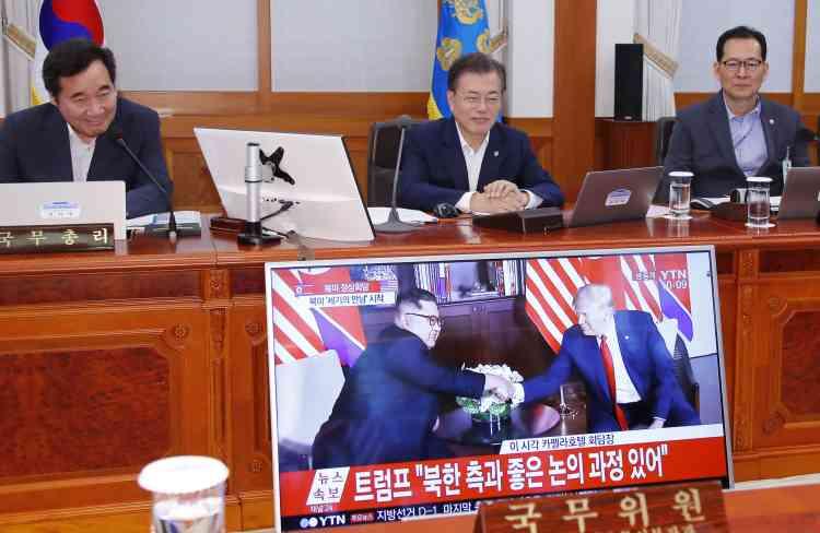 Premier concerné par cette rencontre historique, le président sud-coréen a expliqué qu'il avait « à peine dormi » la nuit précédente. Moon Jae-in et son premier ministre ont suivi en direct à la télévision les premières images diffusées de la poignée de main entre Donald Trump et Kim Jong-un.Le président sud-coréen est apparu souriant. « Je souhaite ardemment » que le sommet soit un succès, a-t-il expliqué. La Corée du Sud est techniquement toujours en guerre contre son voisin du Nord puisqu'aucun traité de paix n'est venu sceller la fin de la guerre entre les deux pays, entre 1950 et 1953.