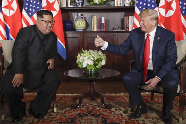 Après la poignée de main devant les drapeaux, une rapide pose, assise, pour les deux dirigeants.