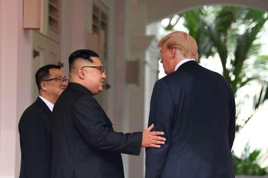 Kim Jong-un et Donald Trump à leur rencontre devant le Capella Hotel, sur l'île deSentosa à Singapour, le 12 juin 2018.