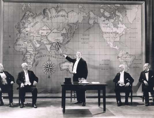 Présentation d'une carte du monde.