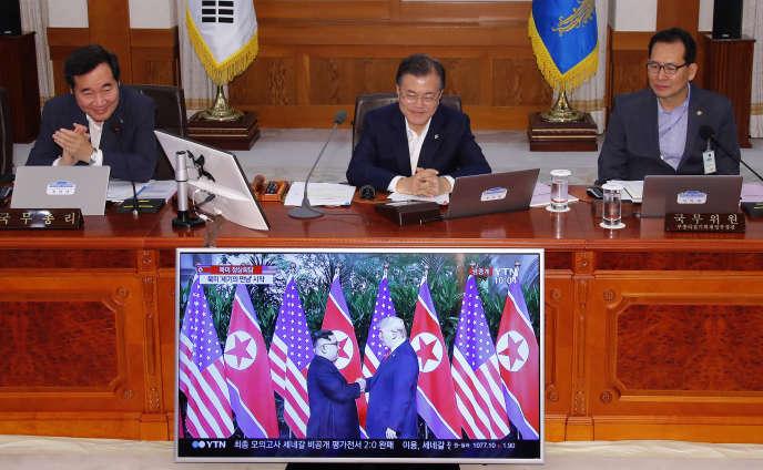 Moon Jae-in, le président de la Corée du Sud (au centre), regarde les images du sommet entre Kim Jong-un et Donald Trump, le 12 juin 2018.