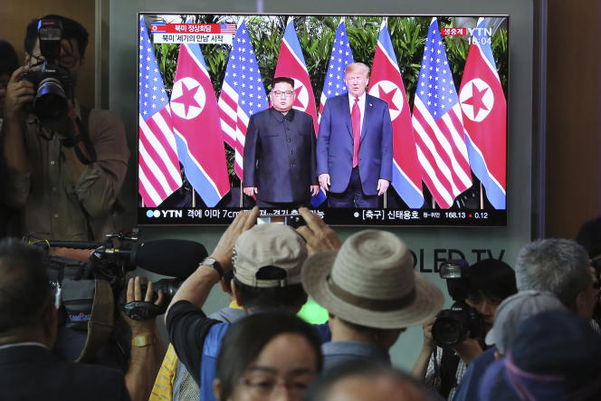 Retransmission de la rencontre entre Donald Trump et Kim Jong-un, à Séoul, le 12 juin.