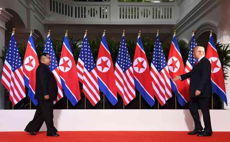 C'était l'instant que le monde attendait: à l'hôtel Capella, sur l'île de Sentosa à Singapour, le leader nord-coréen Kim Jong-un s'apprête à serrer la main du président des Etats-Unis, Donald Trump.