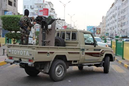 Les forces loyales au président yéménite en exil, le 11 juin 2018, dans les rues d'Aden.