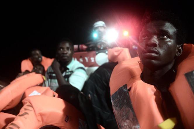 Des migrants secourus en mer Méditerranée s'apprêtent à embarquer à bord de l'«Aquarius», sur une photo non datée, publiée le 11 juin par l'ONG SOSMéditerranée