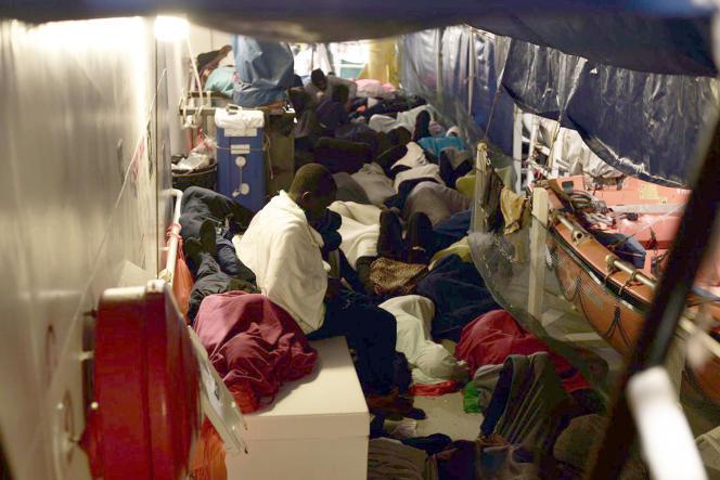 SOS-Méditerranée a diffusé dimanche sur Twitter cette photo de l'«Aquarius», avec à son bord les migrants qu'elle a secourus.