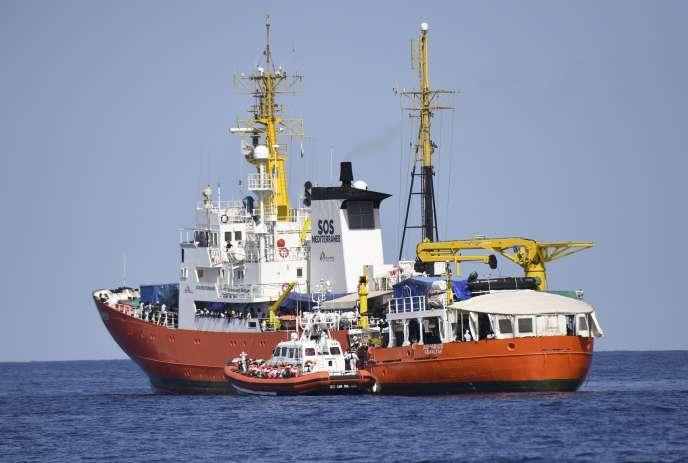 Un bateau des garde-côtes italiens s'est arrimé à l'« Aquarius» pour permettre un transfert de réfugiés à son bord,le 12 juin 2018, en Méditerranée.