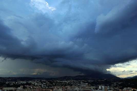 Des nuages orageux au-dessus de Nice, le 12 juin.