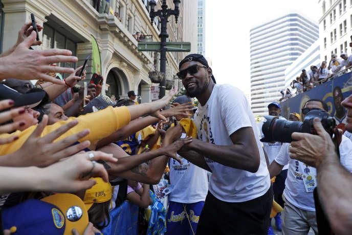 Oakland, Californie, mardi 12 juin.Le basketteur Kevin Durant, des Warriors de Golden State, fête sa victoire en finale NBA de la saisonau milieu de ses fans.