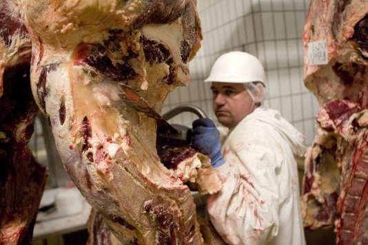 «Les députés ont voté contre la mise en place d'une alternative végétarienne dans les cantines. L'argument du coût de cette mesure apparaît peu convaincant. Pourquoi refuser la possibilité à nos enfants d'explorer d'autres types de nourriture ? » (Bourbon l'Archambault, abattoir, homme découpant de la viande).