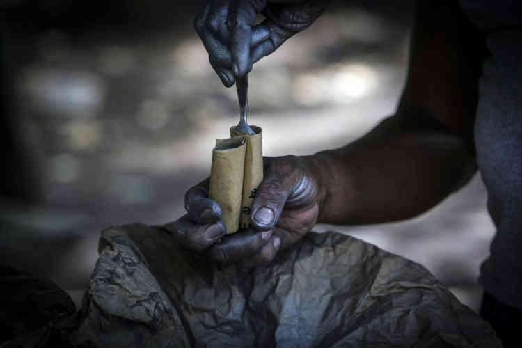 Un manifestant remplit une cartouche artisanale avec de la poudre, à Masaya, près de Managua, le 8 juin.