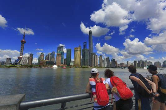 """Asie, Chine, Shanghaï.. Skyline et Huangpu, le """"fleuve de la rive jaune""""."""