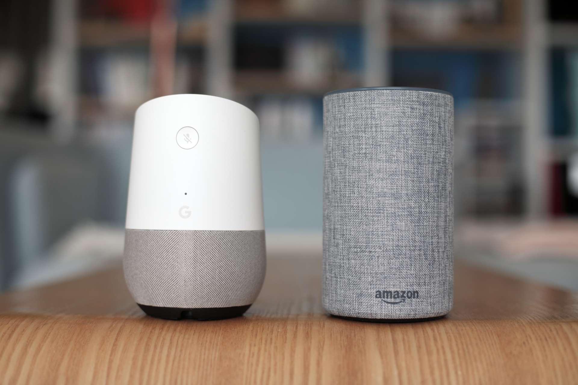 Les enceintes Google Home et Amazon Echo, un peu plus volumineuses qu'une canette de soda.