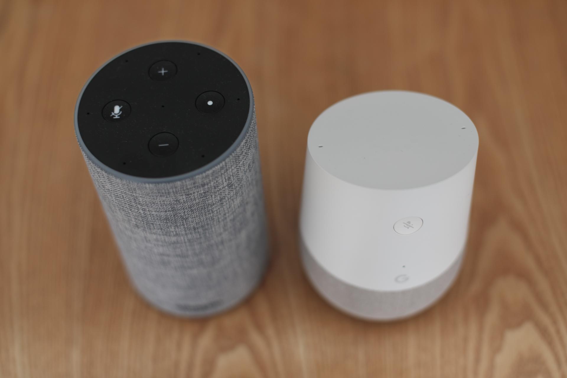 Ces deux enceintes disposent d'un bouton qui, selon leurs fabricants, permet de couper les microphones.