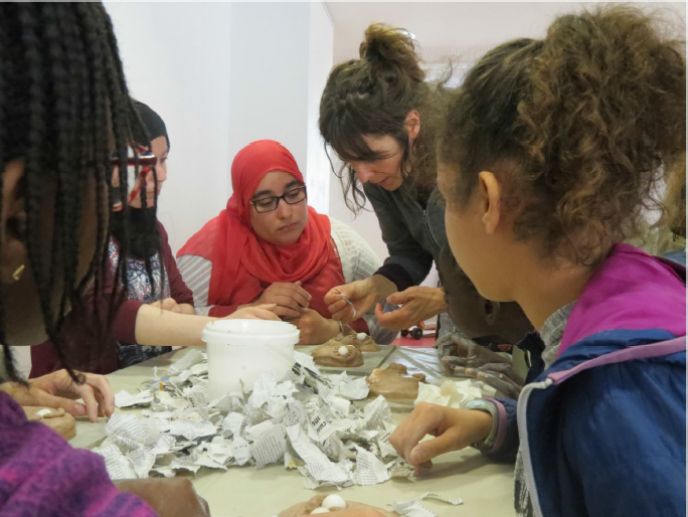 Un atelier de marionnettes organisé par LaFineCompagnie, dans la médiathèque Persépolis, à Saint-Ouen (Seine-Saint-Denis).