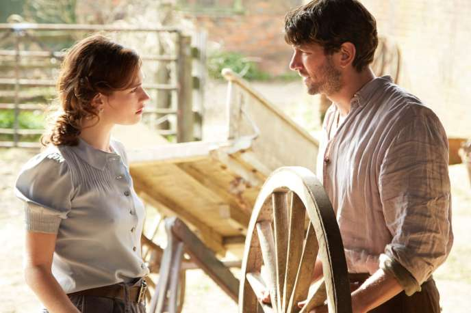 Lily James et Michiel Huisman dans « Le Cercle littéraire de Guernesey » (« The Guernsey Literary And Potato Peel Pie Society »), de Mike Newell.