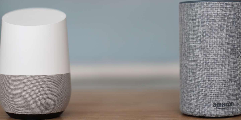 Deux enceintes connectées : la Home de Google et l'Echo d'Amazon.