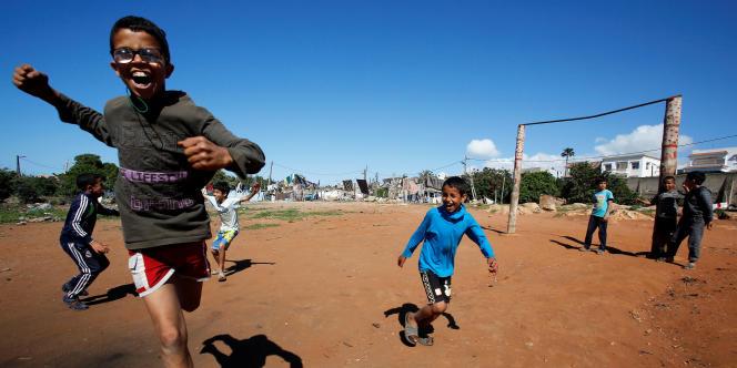 Des enfants jouent au football à Casablanca, au Maroc, en avril 2018.