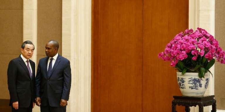 Les ministres des affaires étrangères chinois, Wang Yi, et burkinabé, Alpha Barry, à Pékin, le 26mai 2018.