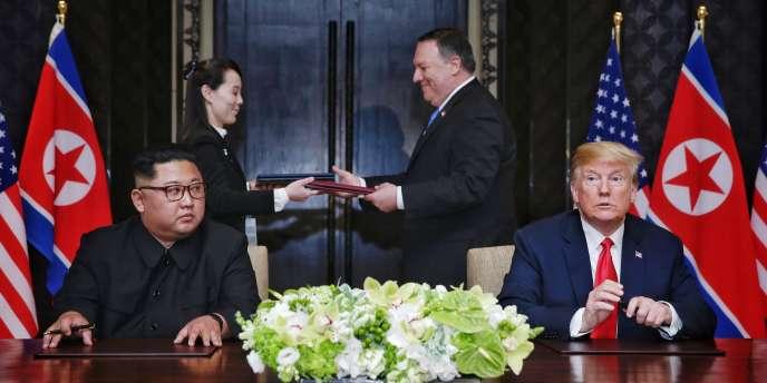Les présidents Donald Trump et Kim Jong-un et, à l'arrière-plan, le secrétaire d'Etat américain, Mike Pompeo, et Kim Yo-jong, la sœur de Kim Jong-un, à l'hôtelCapella, sur l'île de Sentosa, à Singapour, le 12 juin 2018.