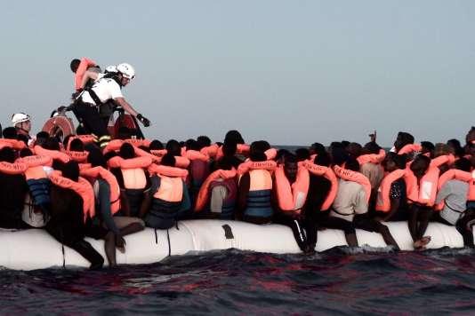 Opération de secours en mer par l'ONG SOS-Méditerranée depuis le bateau « Aquarius», au large des côtes libyennes, le 9 juin.