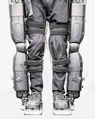 """Né en 1981, le photographe Matthieu Gafsou présente à Arles l'exposition « H+ », des images traitant de la thématique de l'humanité augmentée. Comme cette paire de jambes habillées d'un exosquelette qu'il photographie de manière très clinique. Pendant quatreans, le Suisse a enquêté pour trouver des modèles d'humains transformés, se rapprochant de laboratoires médicaux ou militaires, incarnant, aux yeux de Sam Stourdzé, directeur du festival, « un exemple de ces photographes actuels quitravaillent comme desenquêteurs ou des journalistes ». Matthieu Gafsou, """"H+"""", à la Maison des Peintres, du 2 juillet au 23 septembre.www.rencontres-arles.com"""