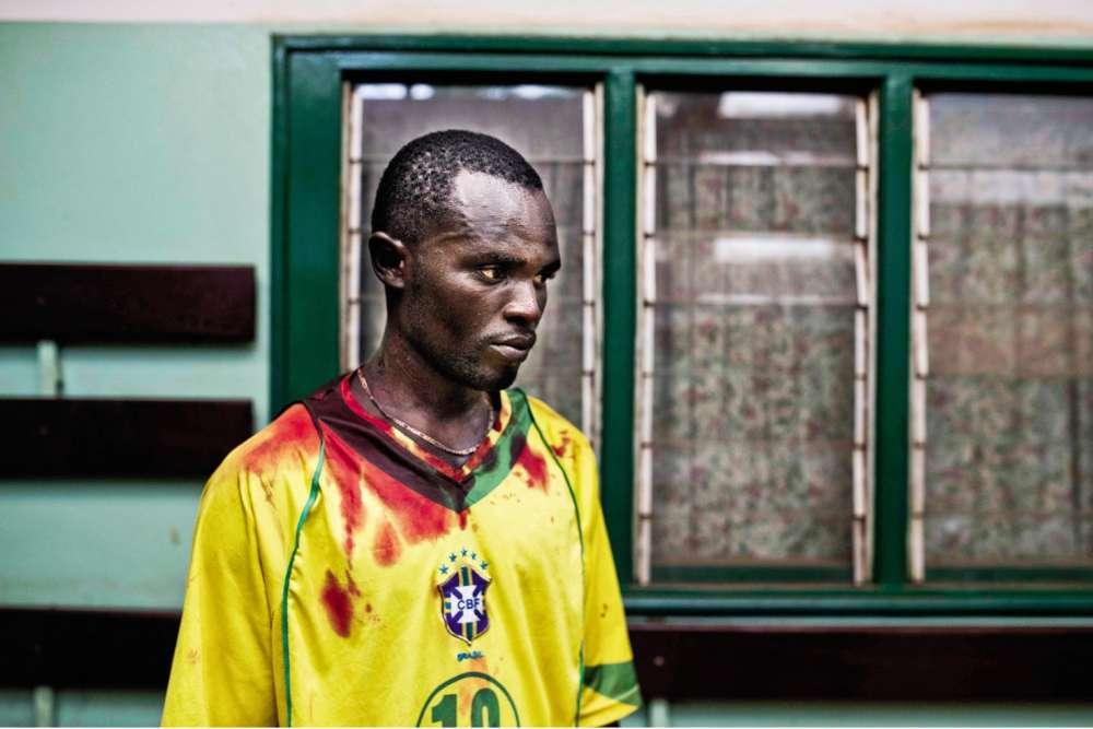 Ronaldinho, république Centrafricaine, janvier 2014. Le Brésilien conduit à l'hôpital un ami pris dans une embuscade. Celui-ci succombera àses blessures.