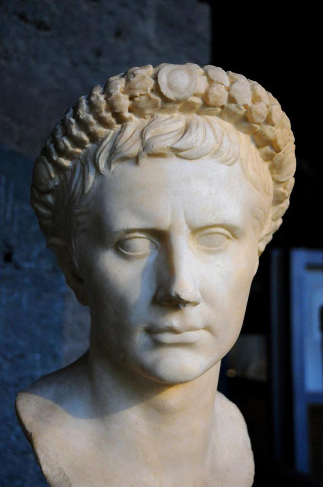 «Moins le futur semble humain, plus les Anciens révèlent de trésors d'humanité. Moins l'horizon est clair, plus ils fournissent d'outils pour comprendre» (Buste de Jules César, à Rome).