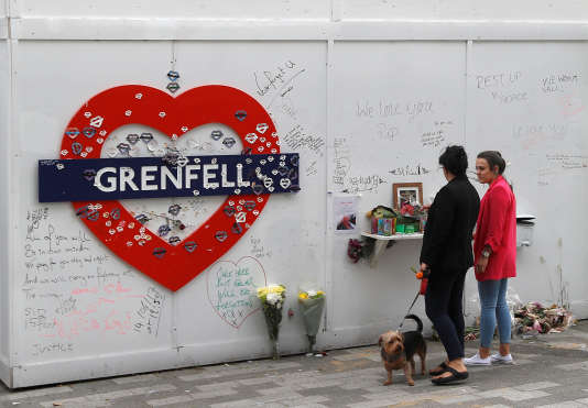 Au pied de la tour Grenfell des messages de condoléances. Le 13 juin.