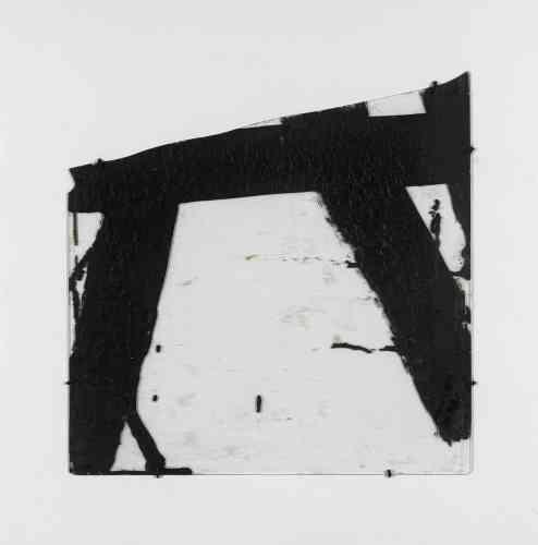 """«Pendant l'été 1948 à Montpellier, l'artiste peint des goudrons sur verre, renvoyant à sa découverte de la verrière de la gare de Lyon, cassée lors des affrontements de la Libération de Paris et réparée avec cette substance. Il confie : """"Ce qui me plaisait, c'était la viscosité et un peu les coulures, mais aussi l'opacité et la transparence et surtout la manière dont la lumière devenait beaucoup plus lumineuse et modulée, finalement, par opposition. Quand il y a une petite surface enserrée dans du sombre, elle paraît plus lumineuse et plus claire qu'une surface plus grande. C'est de la vie par le contraste.""""»"""