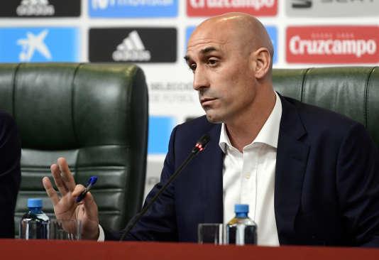 Le président de la fédération espagnole de football, Luis Rubiales, annonce le renvoi de Julen Lopetegui, mercredi 13 juin, lors d'une conférence de presse à Krasnodar.