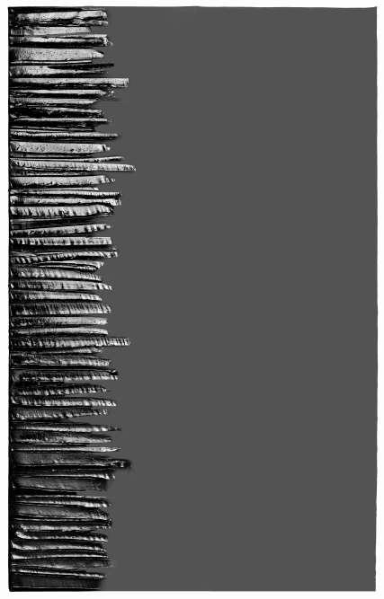 « Cette œuvre –la plus récente de l'exposition de Martigny – est présentée pour la première fois. Haute et étroite, sa partie senestre est entaillée de coups de lame relevant la matière en une colonne irrégulière de traits plus ou moins saillants.Cette œuvre du début de ce siècle, outre qu'elle exprime une forme très apurée de la peinture de Soulages, cohérente et autonome, est une ode à la lumière souveraine que le peintre entend bien renouveler.»