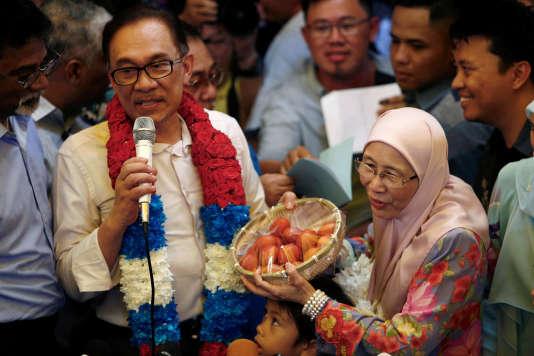 L'opposant malaisien Anwar Ibrahim, à sa sortie de prison, à Kuala Lumpur, le 16 mai. Il pourrait devenir le prochain premier ministre de Malaisie.
