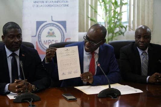 Aviol Fleurant, ministre de la planification et de la coopération externe haïtien,lors de sa conférence de presse donnée à Port-au-Prince, le 13 juin.