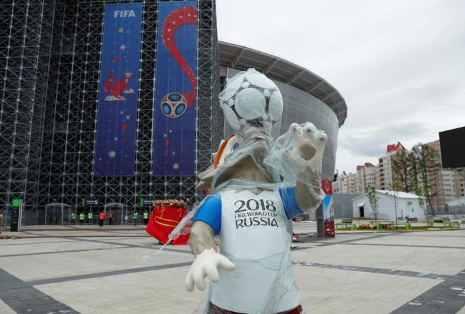 Une mascotte pré-emballée dans les rues d'Ekaterinburg.