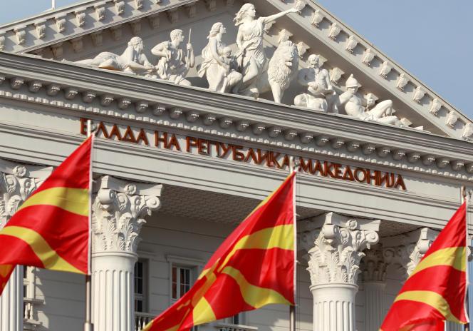 Le drapeau national devant le parlement macédonien, àSkopje, le 12 juin.