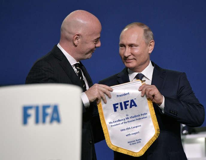 Gianni Infantino, le président de la FIFA (à gauche), et Vladimir Poutine, président de la Russie, lors du 68e congrès de la FIFA, mercredi 13 juin à Moscou.