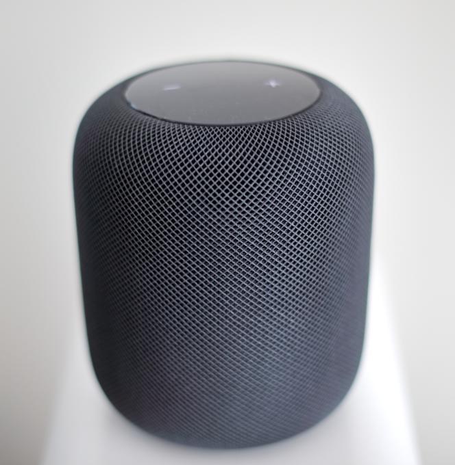 La HomePod ressemble à une grosse boule de tissu. Elle existe aussi en version blanche.