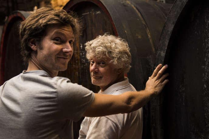 Jean-Michel Deiss et son fils, Mathieu, dans leurs caves à Bergheim (Haut-Rhin). Dans les pas du père, le fils s'occupe aussi de son propre domaine : le Vignoble du Rêveur...