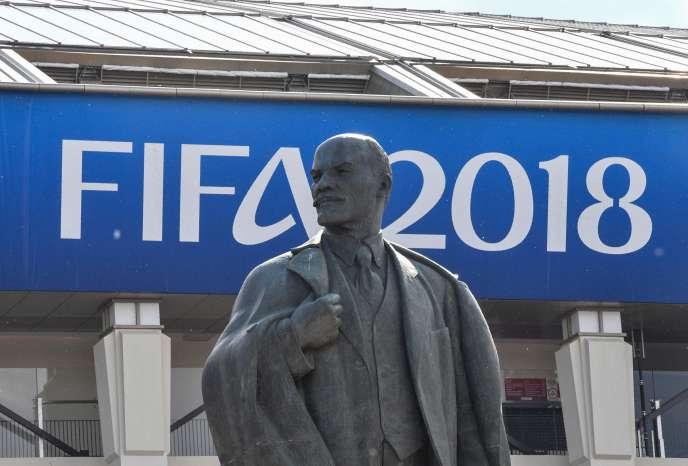 Une statue de Lénine devant le stade Luzhniki à moscou.