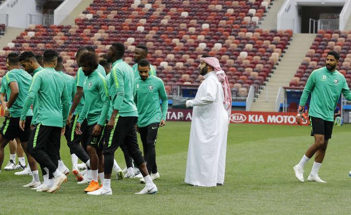 Le « monsieur foot» du royaumesaoudien, Turki al-Sheikh, avec les joueurs le 13 juin à Moscou.