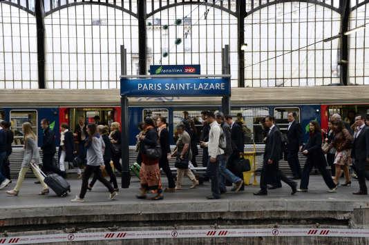 Sur les quais de la gare Saint-Lazare, à Paris, en juin.