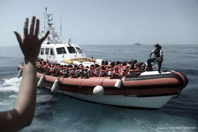 Transfert des migrants depuis l'«Aquarius» sur un bâtiment des gardes-côtes italiens à destination de l'Espagne, le 12 juin.