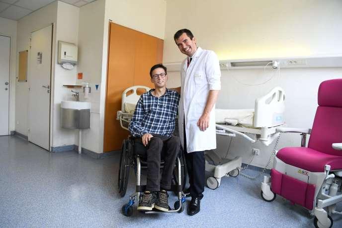 Mercredi 13 juin 2018, le docteur Guillaume Canaud pose à l'hôpital Necker au côté d'Emmanuel, premier patient à avoir bénéficié du traitement présenté par les chercheurs français.
