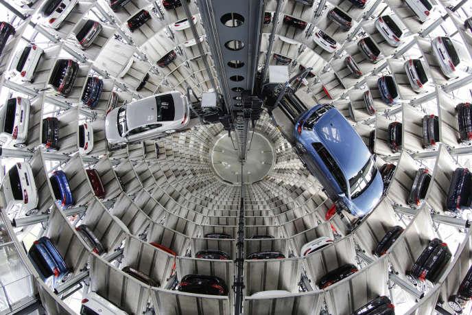 Le 28 avril 2016, des voitures Volkswagen sont présentées aux médias dans une tour de livraison à Wolfsburg, en Allemagne.