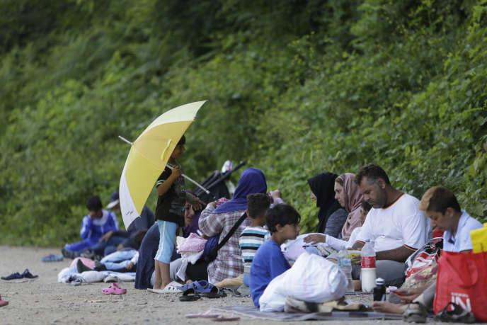 Des migrants en Bosnie, en attente d'aide alimentaire, le 10 juin.