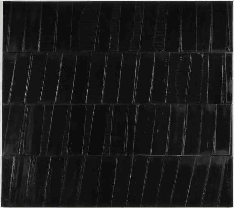 """«Ce tableau fait partie des polyptyques monumentaux entrepris par Soulages de 1985 à 1987, lui permettant d'""""introduire une rupture dans la continuité d'une surface"""".Selon un format presque carré, le peintre superpose horizontalement quatre bandes, à savoir quatre châssis indépendants. Pour étaler la peinture, il utilise soit une large brosse créant des stries, soit une spatule aménageant des plages lisses. L'alternance des surfaces striées ou planes convoque ou refuse la lumière """"fabriquée"""" à l'intérieur des variations chromatiques.»"""