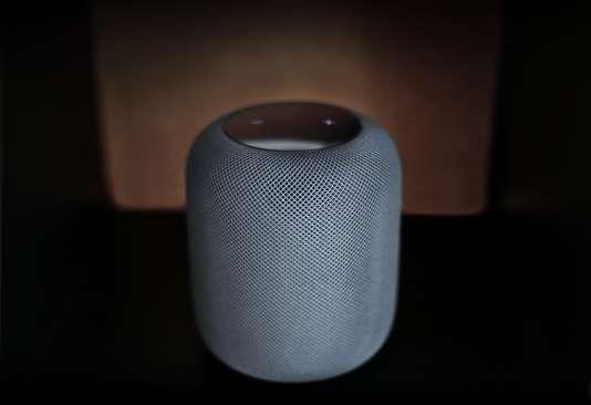 Au-dessus de la HomePod, deux touches permettent de monter et baisser le volume. On peut aussi le faire à distance en prononçant« Dis Siri, volume 20 %».